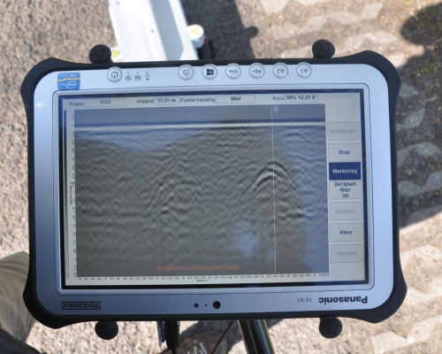 Dieptebeeld: Boven maaiveld - onder 2 m -mv. De witte streep in beeld is de radarpositie (waar de laserlijnen staan)